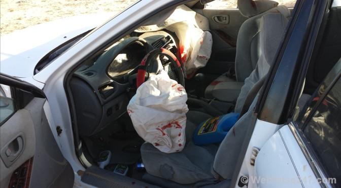 Ein Autowrack. Zwei Schwerverletzte. Viel Blut. Und weit und breit nur Wüste.