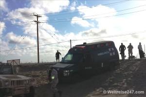 Rettungswagen festgefahren im Sand